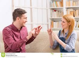 spr che f r freundin tauber mann mit seiner freundin die gebärdensprache verwendet