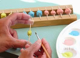 perle en bois pour attache tetine case à co peindre des perles en bois diy