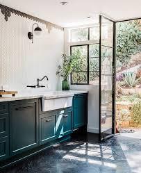 comment utiliser la couleur bleu canard dans sa déco kitchens