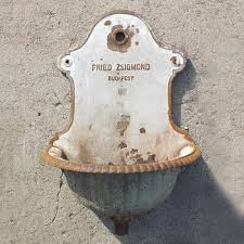 metal wall mount sink a neat decorative piece for garden in very good original condition