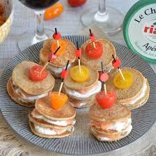 apéritif canapé brochettes de mini blinis salés saumon et chèvre frais apéritif