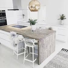 table haute avec tabouret pour cuisine association du blanc du bois avec un plan de travail