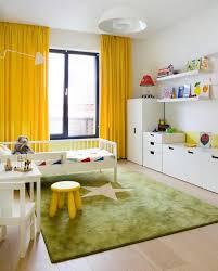 rideaux chambres enfants chambre enfant tapis chambre enfant vert étoile rideaux jaunes