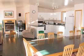 cuisine salon aire ouverte hébergement la base de plein air