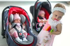 siege auto nouveau né le bébé nouveau né jumelle la fille s asseyant dans un siège de