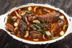 cuisiner un coq au four recette de dîner festif un coq de poulet ragoût de vin aux