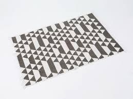 Tapis Salon Noir Et Blanc by Tapis 100 Coton Motif Triangle Noir Blanc Graphic 180x120cm