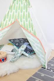 tipi enfant chambre diy tipi pour enfant à motifs amérindiens coussins tapis blanc