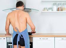 homme nu cuisine homme nu préparant la nourriture dans la cuisine photos stock