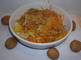 bouquin de cuisine chiffonnade de chou frisé aux pommes et aux noix dans la cuisine