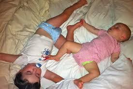 bébé dort dans sa chambre comment faire dormir un bébé et un petit enfant dans la même