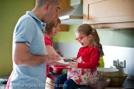 cuisine en famille séance famille en cuisine céline rémy bébé le ège