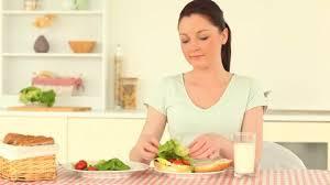 femme qui cuisine femme faire la cuisine alimentation saine hd collection stock