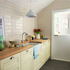 küche cremefarben küche dachschräge küchenfliesen creme farbe dunkle bodenfliesen