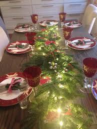 krus ornament julebord lysslynge granbar med julepynt på merry
