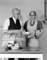 femme dans la cuisine ées 50 ées 1940 âgées homme femme dans la table de la