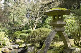 pierre pour jardin zen lanterne de pierre par le ruisseau au jardin japonais de portland
