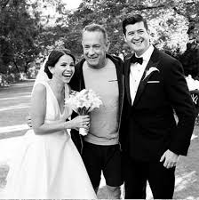 tom hanks photobombed a couple u0027s wedding photos and it u0027s brilliant