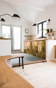 la cuisine au dans la cuisine la banquette en chêne au piètement en bois brulé