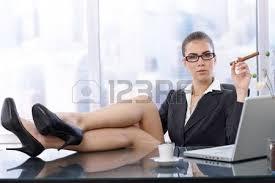 le de bureau sur pied homme assis à la maison avec les pieds nus sur le bureau en
