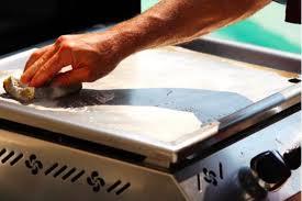 nettoyer sa cuisine comment nettoyer une plancha conseils et astuces