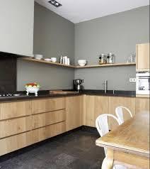 cuisine avec carrelage gris cuisine avec carrelage gris foncé meubles bois clair plan de