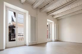 pitturare soffitto trasformare le travi in legno soffitto con l uso bianco