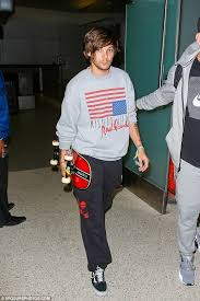 hairstyles for skate boarders one direction s louis tomlinson arrives at lax with skateboard in