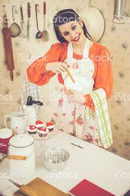 femme dans la cuisine femme dans la cuisine photos et plus d images de 1950 1959