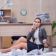 sous le bureau de la secretaire la secrétaire stressante occupée de femme sous l effort dans le