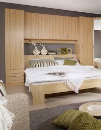 chambre a coucher but ensemble lit et environnement contemporain coloris hêtre omega