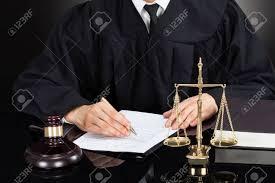 sexe au bureau section médiane de juge de sexe masculin écrit sur papier au