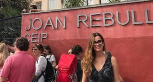 interview mit katalanin vor einem wahllokal