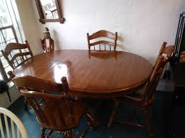 round oval oak dinning room table and 4 chairs with 2 leafs