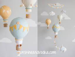 heißluftballon kinderzimmer orange und blau heißluftballon baby mobile reisen design