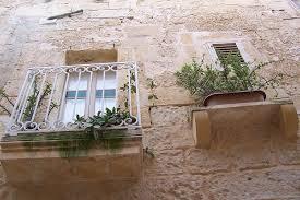 kleine balkone enge gassen kleine balkone foto bild europe malta