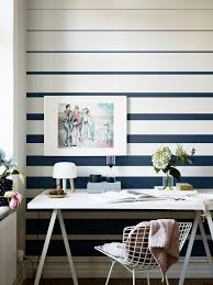 installer sur le bureau dans rayures sur les murs dans le bureau bleu déco http m