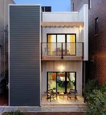 balkon metall kleiner balkon mit zwei stühlen und metall holz geländern balkon