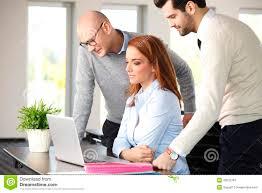 equipe bureau travail d équipe au bureau image stock image du bureau 49532787