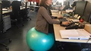 siege cpam a rennes ils remplacent leur siège de bureau par un ballon gonflable