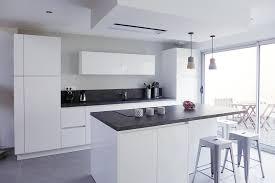 cuisine blanche avec plan de travail noir cuisine blanche avec plan de travail noir modern aatl