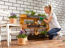 praktisches regal für pflanzen aus europaletten bauen bauhaus