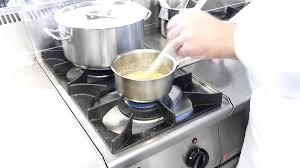 un roux cuisine cours de cuisine réaliser un roux