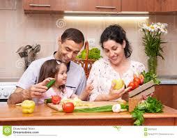 cuisine avec enfant famille heureuse avec l enfant dans l intérieur à la maison de