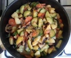 cuisiner des courgettes à la poele poêlée de légumes pommes de terre courgettes carottes