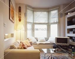 sitzbank wohnzimmer kleiner wohnzimmer mit eingebauter sitzbank vor dem fenster bild