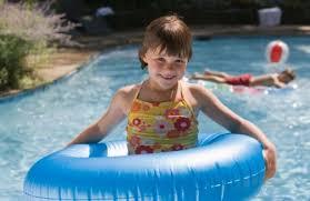 ein kindersicherer pool im garten auf sunny at