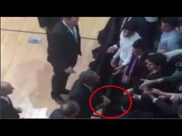 Obama Wedding Ring by Barack Obama Filmed Hiding Wedding Ring Before Shaking Hands With