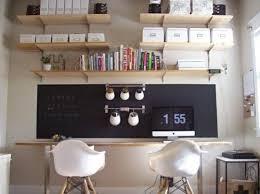 planche de bureau bureau une planche en bois et 2 tréteaux avec 2 fauteuils mur