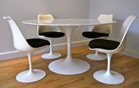 chaises tulipe eero saarinen table en marbre et chaises tulipe un classique édité
